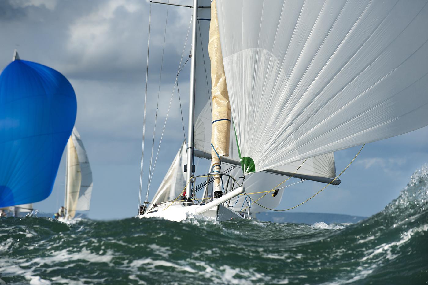 Des voiliers voguant sur une mer agitée (Shutterstock)