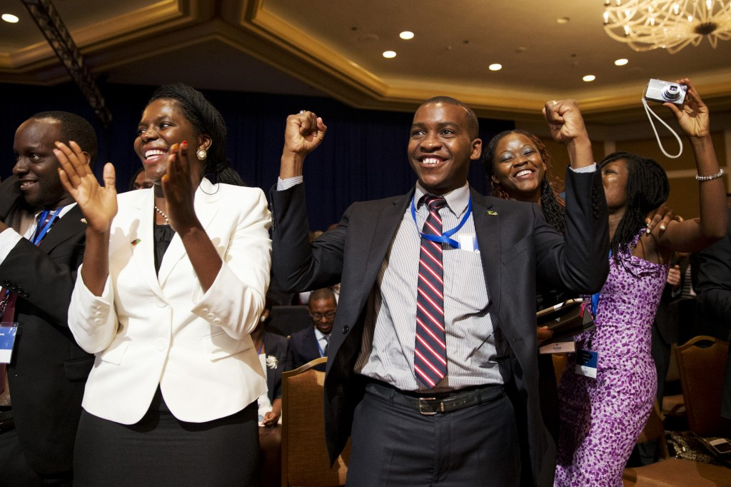 Jóvenes celebrando (© AP Images)