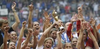 La Selección Nacional Femenina de Fútbol de Estados Unidos con el trofeo (© AP Images)