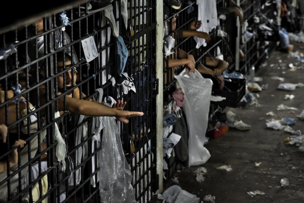 زندانیانی که از سلول های بیش از حد انباشته زندان در السالوادور بیرون آمده اند. (عکس از گتی)