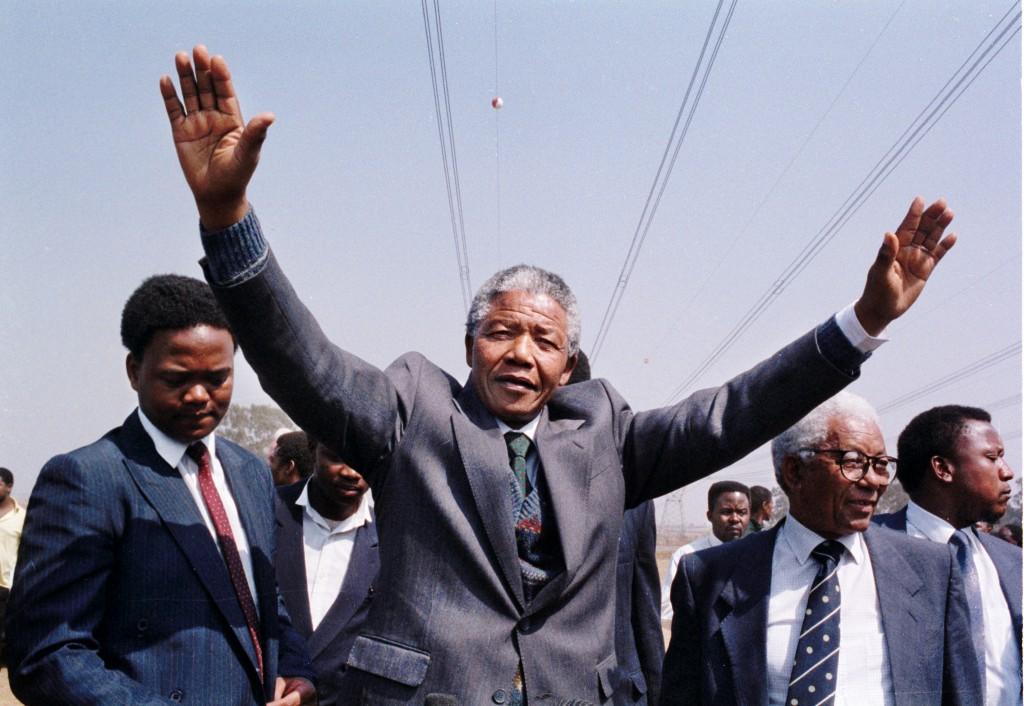 Nelson Mandela con los brazos alzados (© Getty Images)