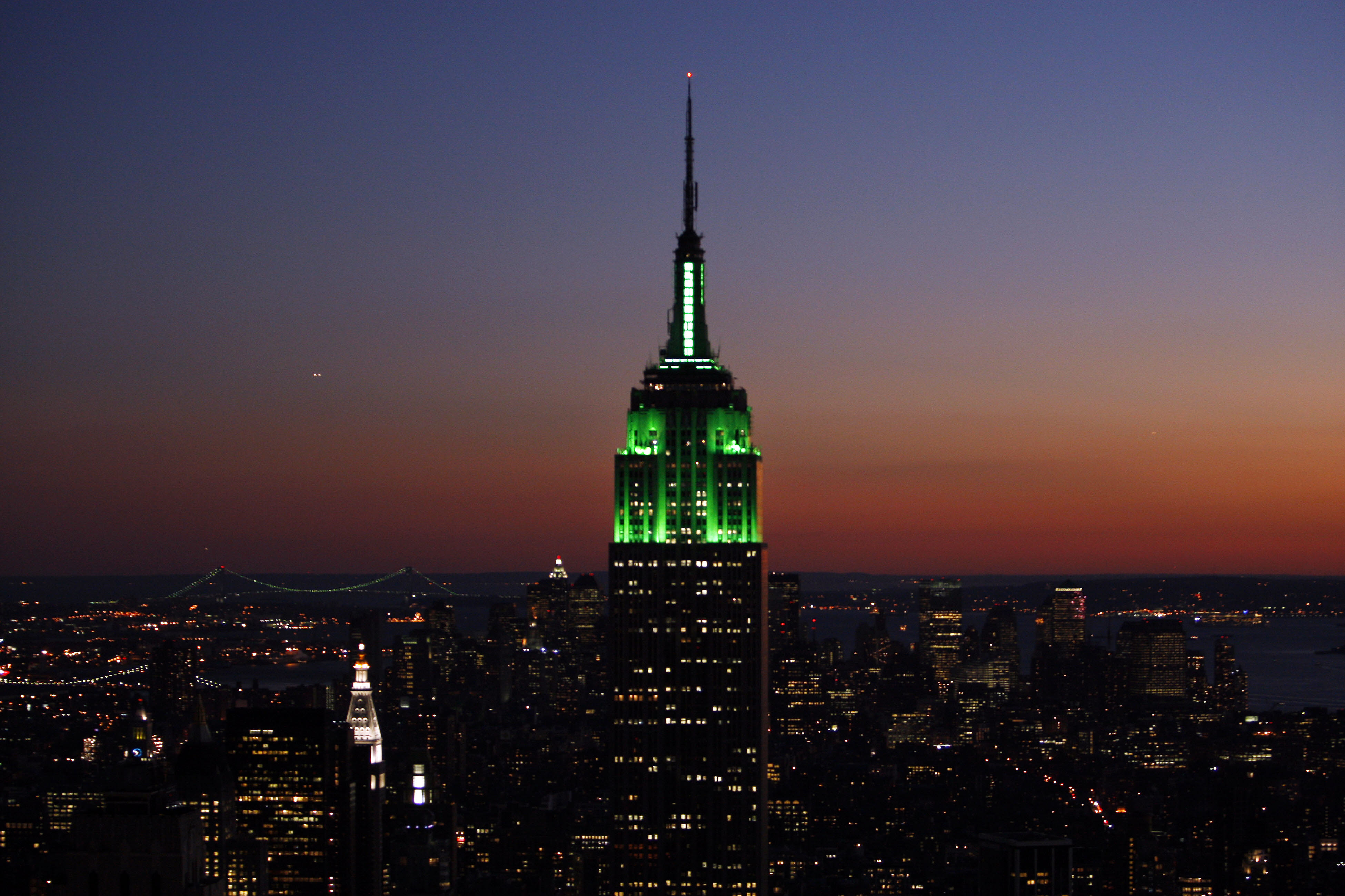 Le sommet de l'Empire State Building éclairé en vert, de nuit. (© Getty Images)