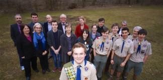 Pascal Tessier, habillé en scout, entouré d'un groupe de personnes. (Rafael Suanes)