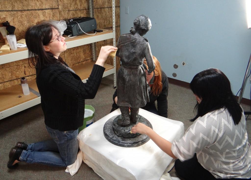 Trois étudiantes en train de travailler à la restauration d'une statue. (Crédit : Silvia Marinas-Feliner)