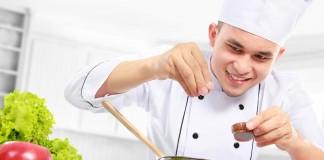 Chef añadiendo especias a una olla (Shutterstock)
