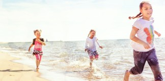 Niñas corriendo por la playa (Shutterstock)