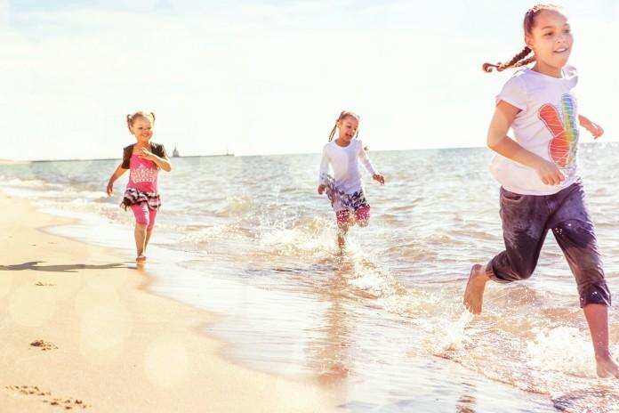 Fillettes courant sur la plage (Shutterstock)