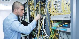 Técnico de computación trabaja en un servidor (Shutterstock)