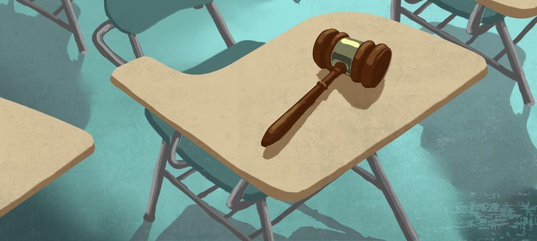 Молоток председателя на парте студента (Doug Thompson/State Dept.)