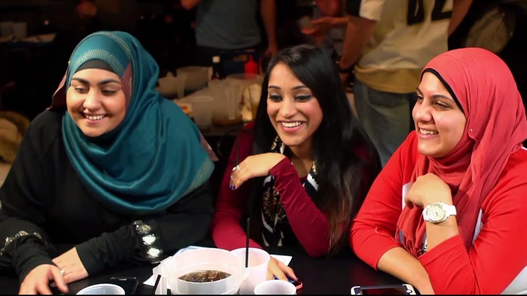 Trois femmes, dont deux sont voilées, rient ensemble. (Département d'État)