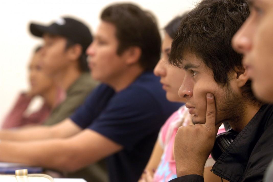 Grupo de alumnos en clase (© AP Images)