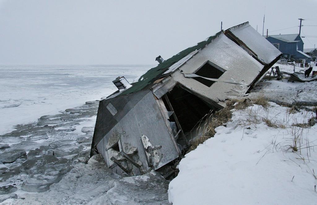 Maison en train de glisser vers la mer (© AP Images)