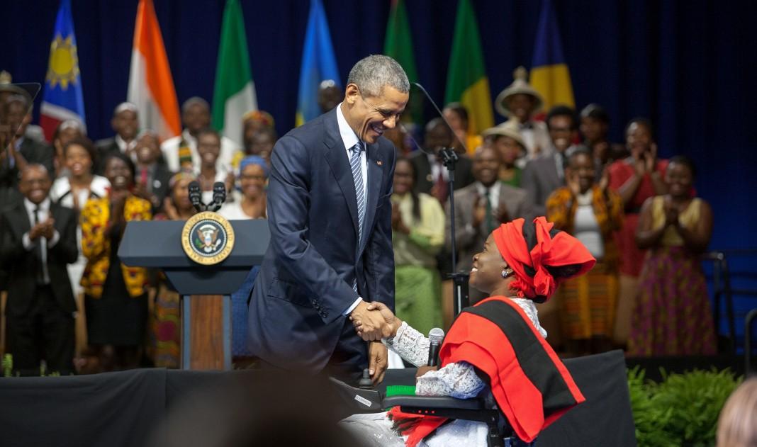پرزیدنت اوباما و گریس جری در حال دست دادن (وزارت امور خارجه / دی. ای. پیترسون)