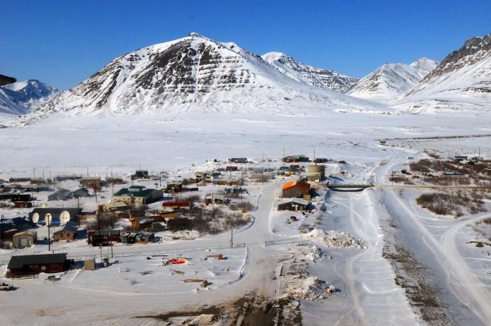 منظره هوایی یک روستا، و برف و کوهستان ها (Courtesy of 807th Medical Command/Wikimedia Commons)