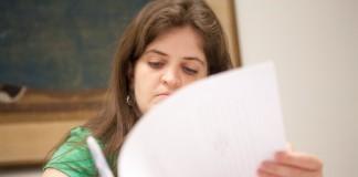 یک دانشجوی دختر در حال برداشتن یادداشت (وزارت امور خارجه/ دی. ای. پیترسون)