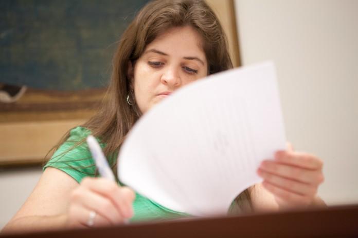 Une étudiante prenant des notes (Département d'État/D.A. Peterson)