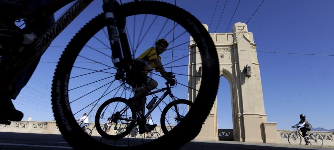 Des cyclistes près d'un pont (© AP Images)