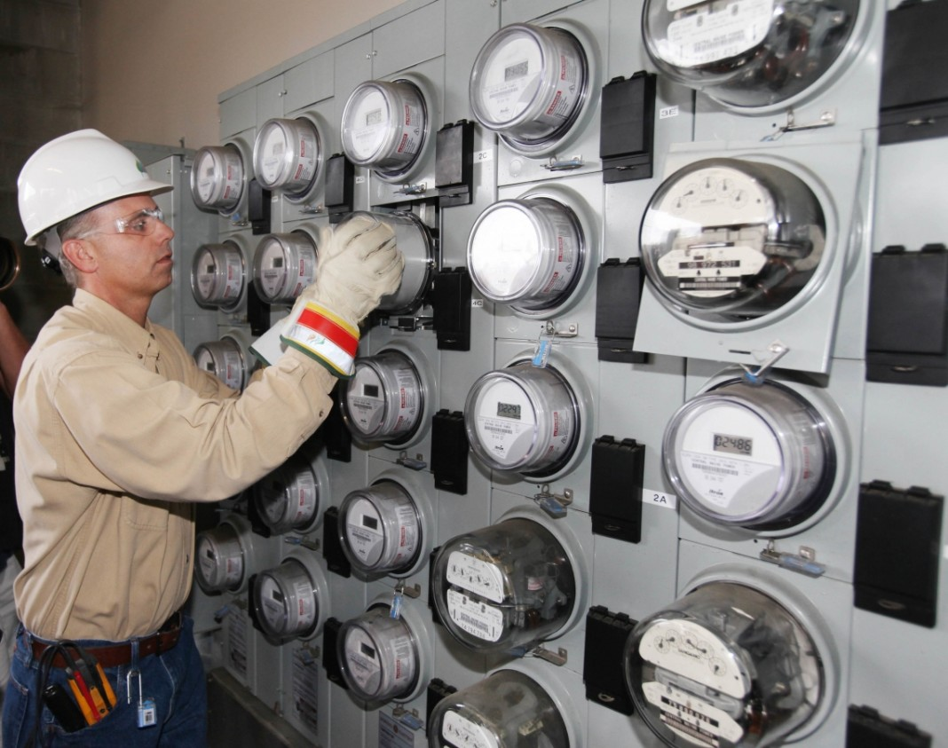 Trabajador y medidores eléctricos (© AP Images)