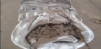 چهره یک مقام روسی که روی یک گودال نقاشی شده است (توئیتر)