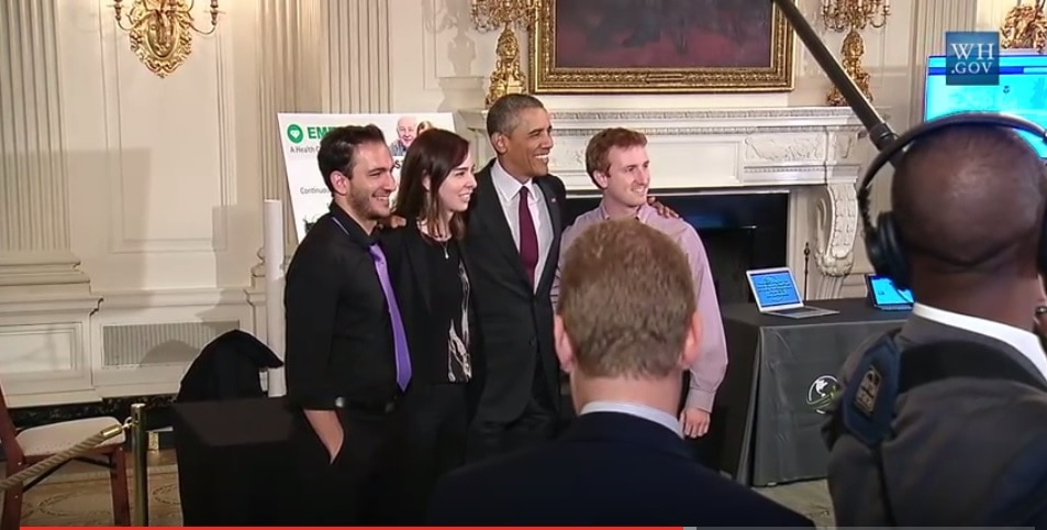 الرئيس أوباما يقف مع دينا القتابي وزملائها فاضل أديب وزاكري كبلاك