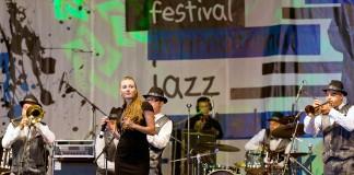 Des musiciens se produisent sur scène (Shutterstock)