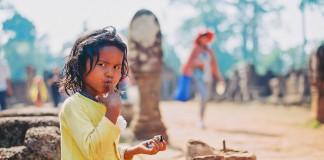 یک کودک گدا در کلمبیا (Flickr/USAID/DC-Cam/Makara Ouch)
