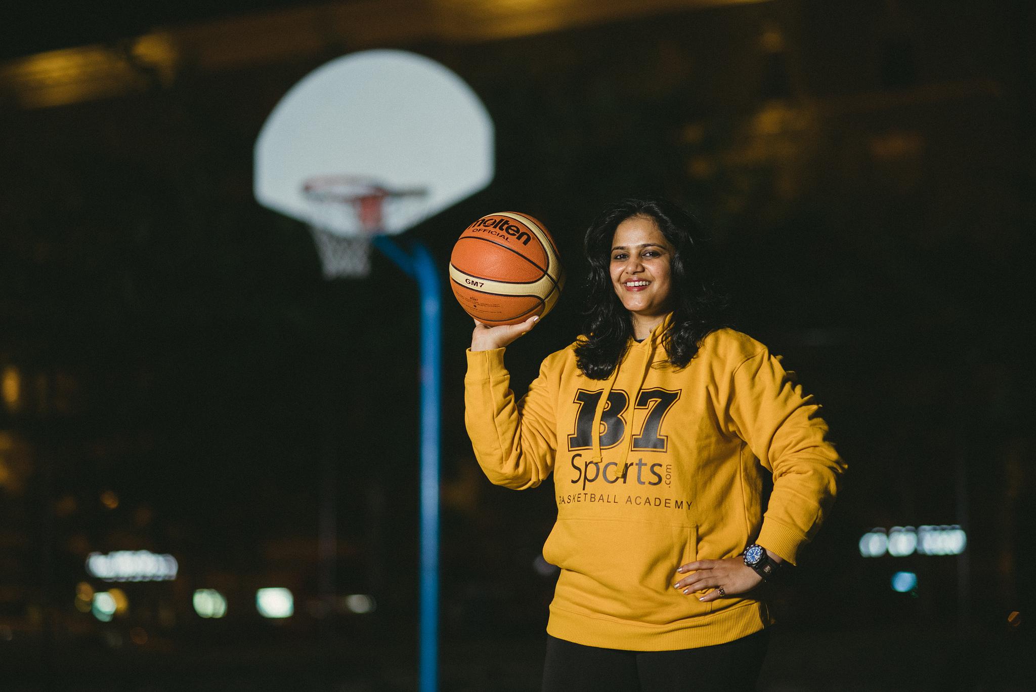 Une femme tenant un ballon de basket (Département d'État et Université du Tennessee)