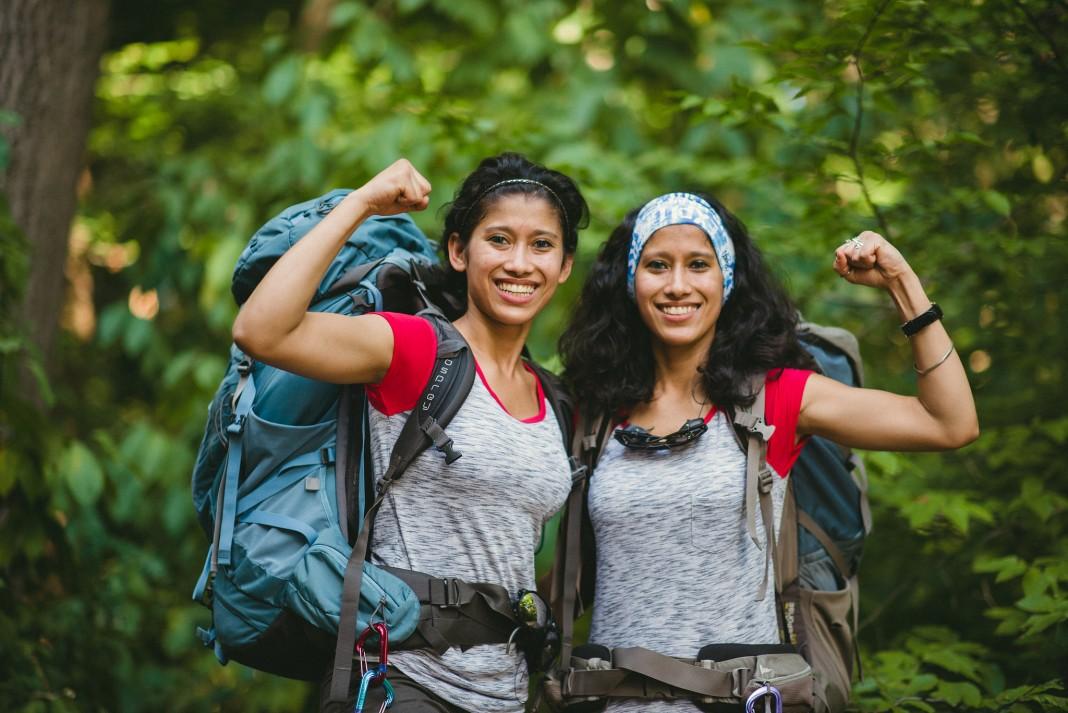 Deux femmes avec des sacs à dos, le point levé (Département d'État et Université du Tennessee)