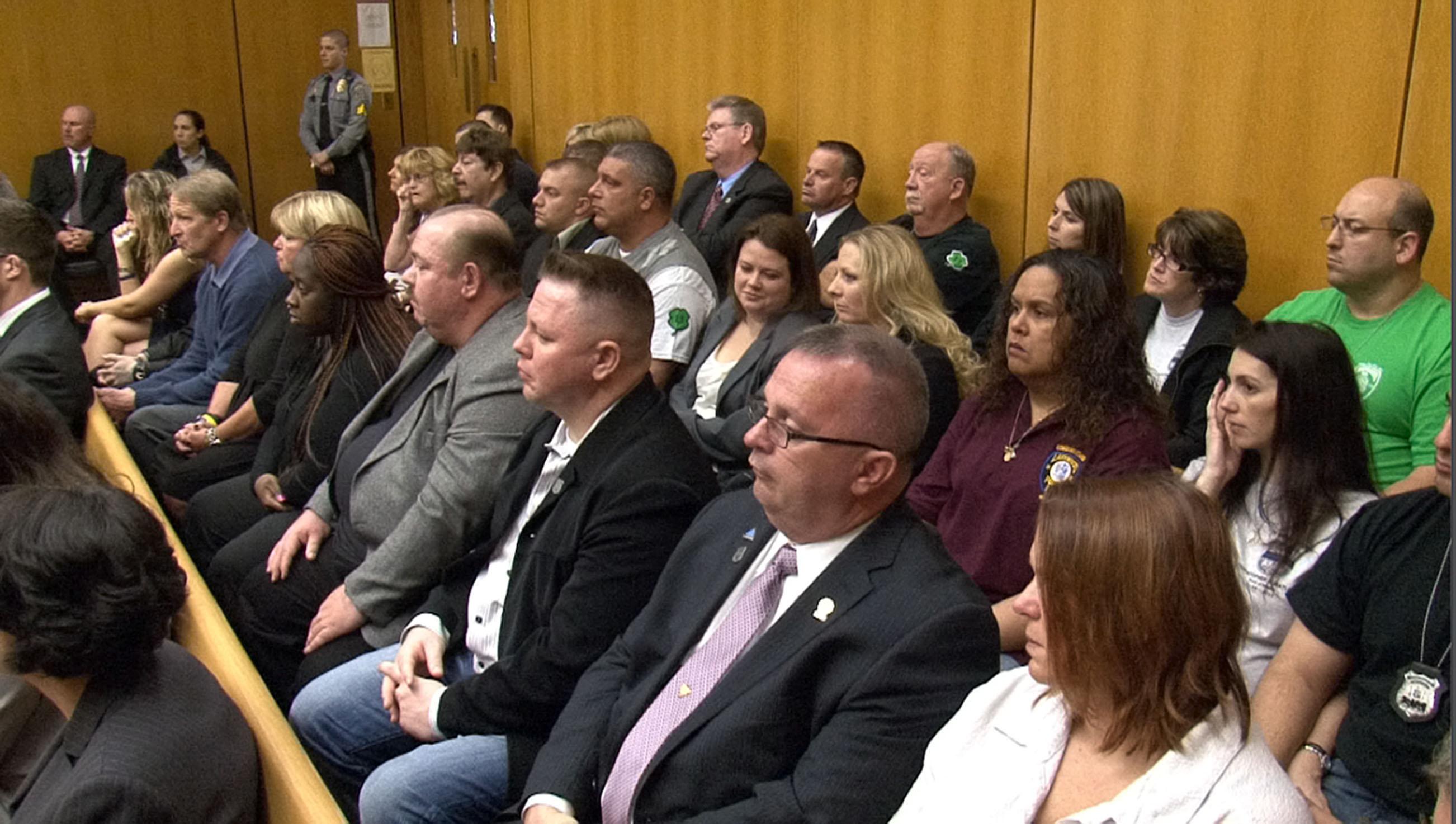 مجموعه من المحلفين يجلسون في المحكمة © AP photo © AP photo