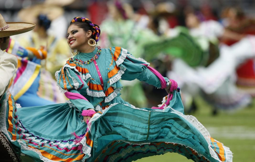 Une danseuse en costume hispanique traditionnel