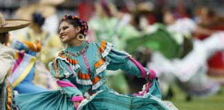 Une danseuse en costume hispanique traditionnel
