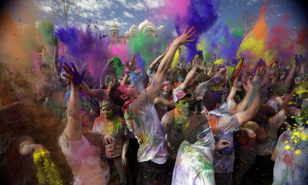 افراد در حال رنگ پاشی (عکس از آسوشیتدپرس)