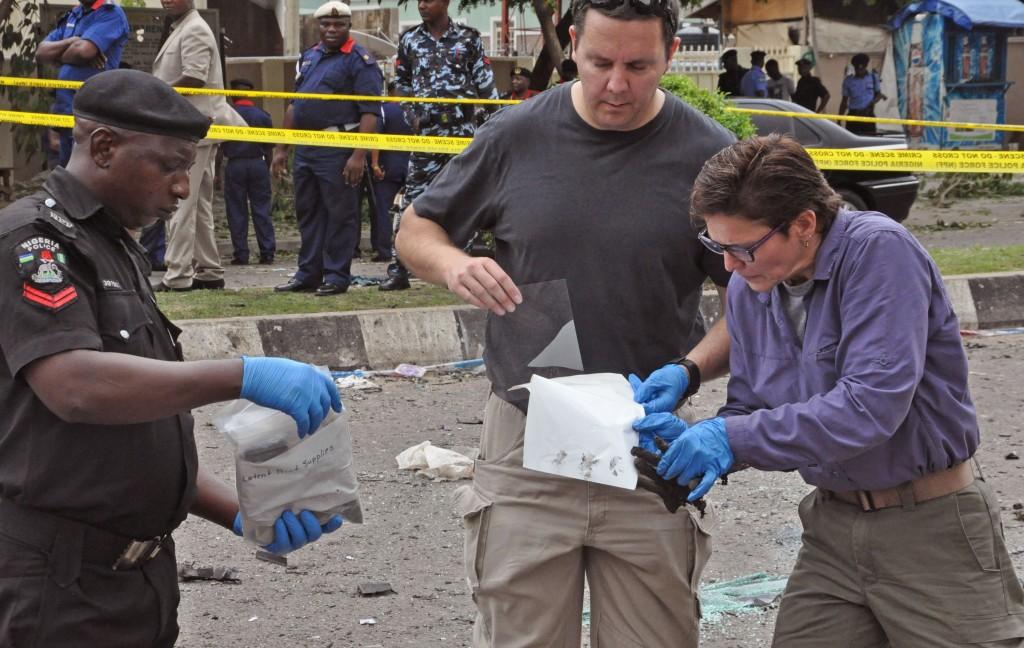 Сбор улик на месте взрыва (© AP Images)