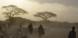 Pastores de cabras en paisaje árido (© AP Images)