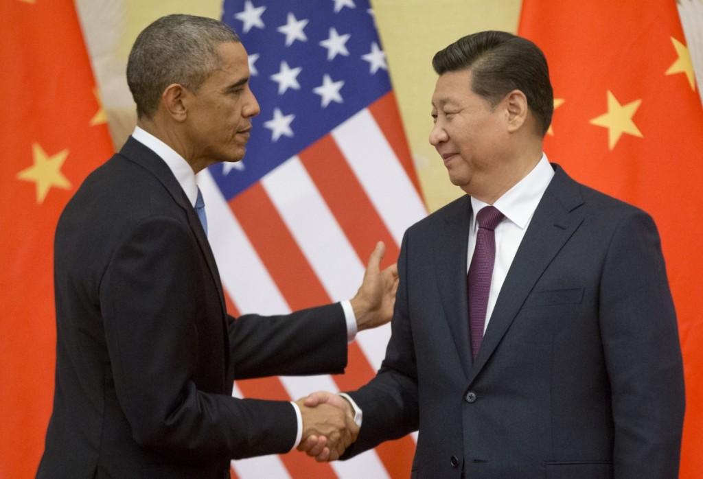 El presidente de EE. UU. Barack Obama y el presidente de China Xi Jinping tras anunciar un histórico acuerdo sobre el cambio climático en Beijing en noviembre de 2014. (© AP Images)