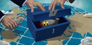 تصویر سلاح هسته ای در جعبه ای که روی کره زمین قرار گرفته است، با دست هایی که در حال قفل زدن به آن هستند. (وزارت امور خارجه / داگ تامپسون)