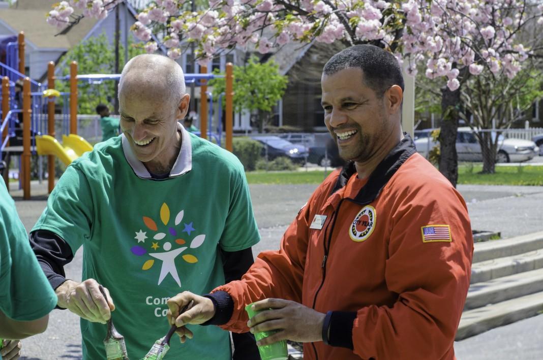 جف فرانکو (راست) و داوطلبی که روی طرحی در فضای باز کار می کند، زمین بازی در پس زمینه دیده می شود (اهدایی جف فرانکو)