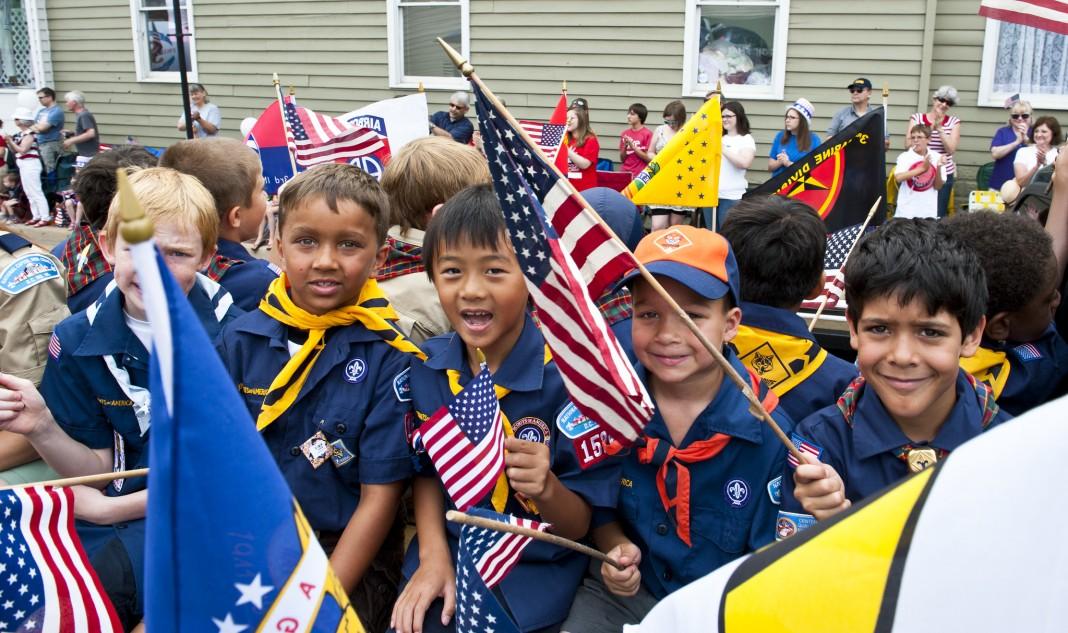 Des louveteaux à un défilé du 4 Juillet (Département d'État)