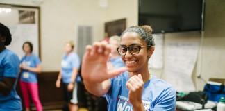 Gros plan d'une jeune femme qui s'entraîne à des gestes d'auto-défense. (Département d'État des États-Unis en collaboration avec le Centre pour les sports, la paix et la société de l'Université du Tennessee)