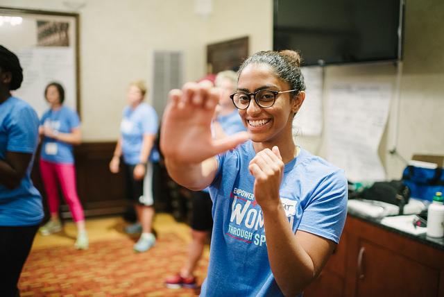 Retrato de una joven practicando ejercicios de autodefensa (Depto. de Estado de EE. UU. y Centro para los Deportes, la Paz y la Sociedad de la Universidad de Tennessee)