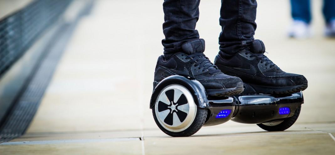 """Pies en una plataforma móvil """"hoverboard"""" (urbanwheel.co/Flickr)"""