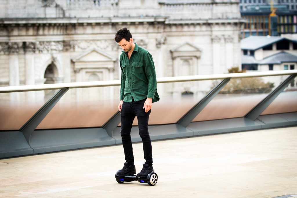 Un homme se déplace en hoverboard (Crédit photo : urbanwheel.co/Flickr)
