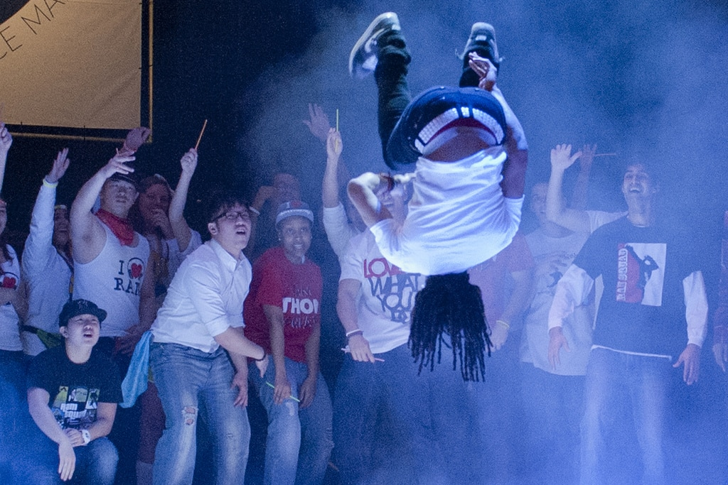 舞者与喝彩的观众