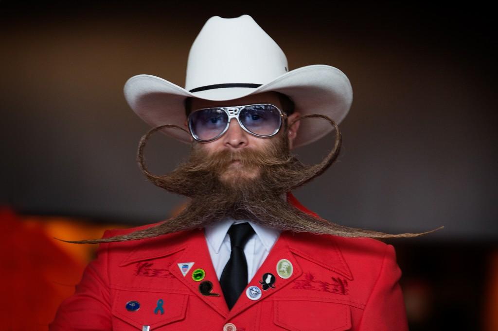 一位蓄着夸张的胡须的男子