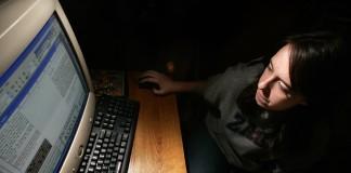 یک دانش آموز روزنامه نگار پشت کامپیوتر (عکس از آسوشیتدپرس)