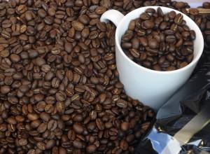 Taza llena con granos de café en medio de granos de café (© AP Images)
