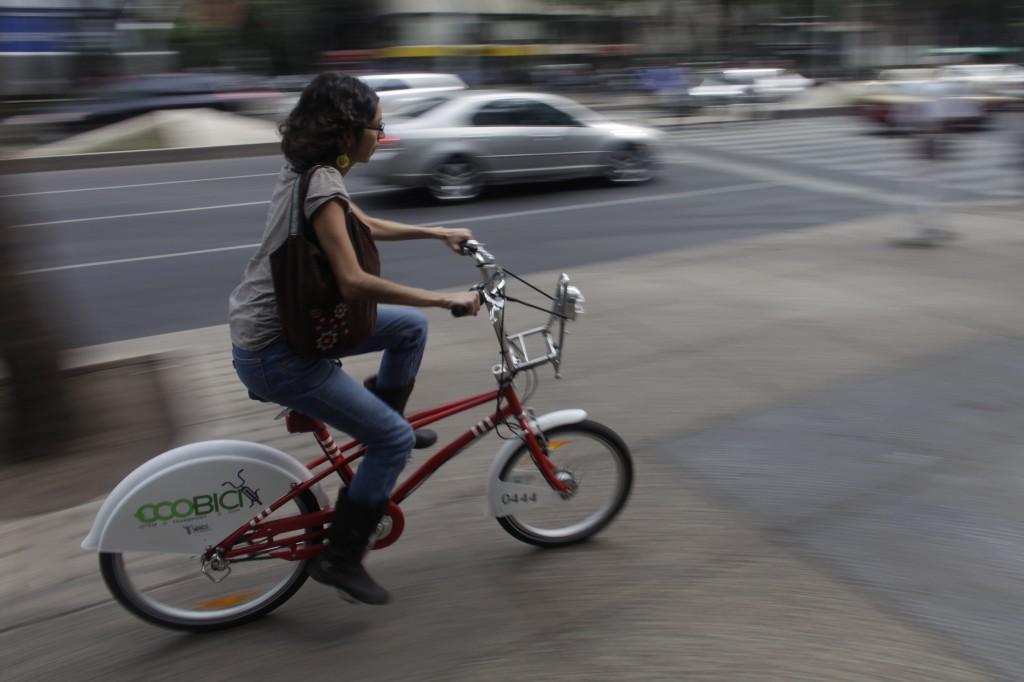 Une femme sur un vélo (Crédit photo : © AP Images)
