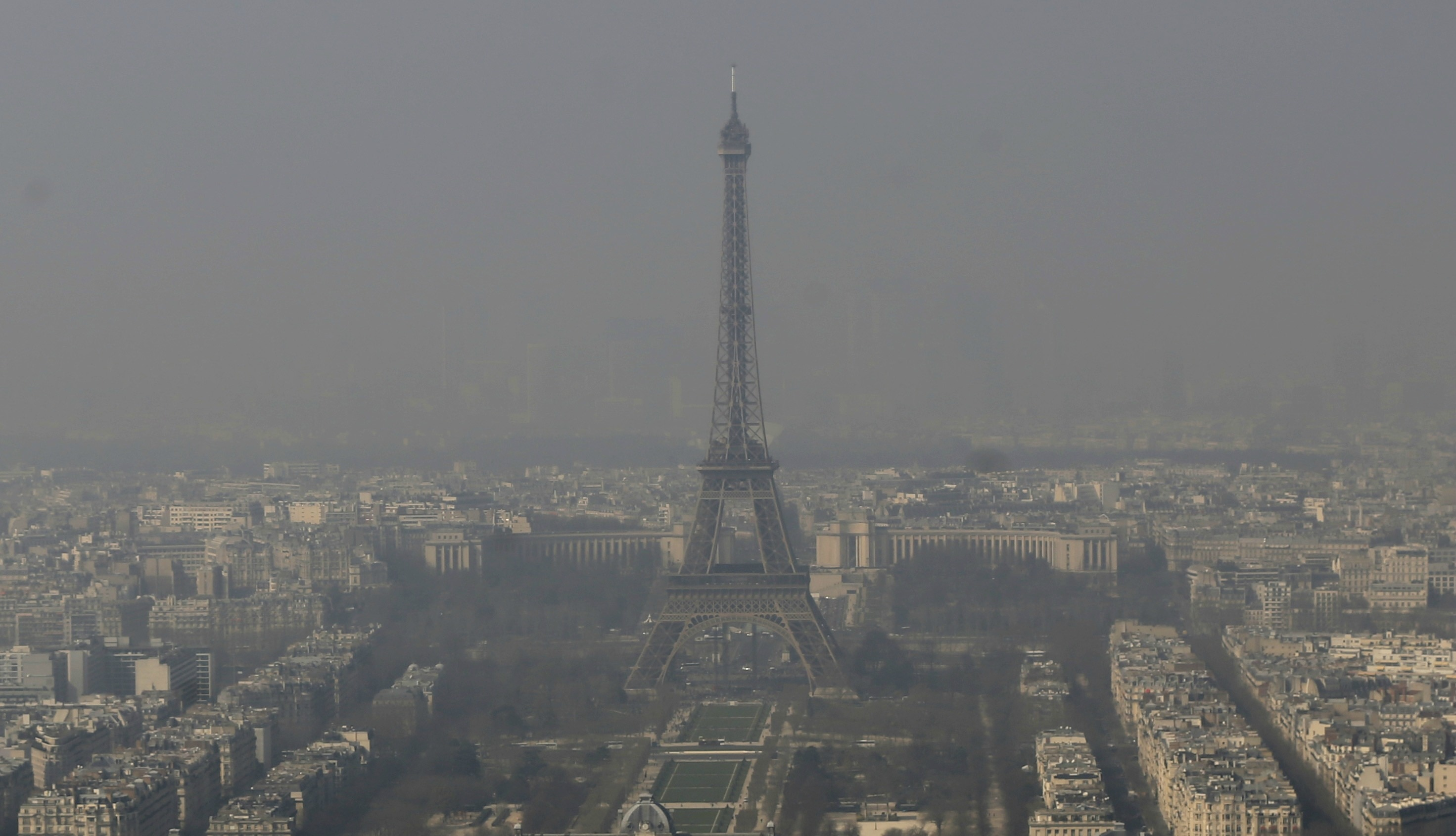 Contaminación en el cielo de París, con una vista de la Torre Eiffel en el centro (© AP Images)