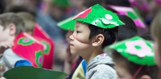 Niño con sombrero del partido verde (© AP Images)