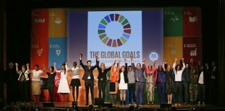 افراد مشهور روی صحنه دست های یکدیگر را گرفته اند. (فلیکر / بنیاد سازمان ملل متحد)